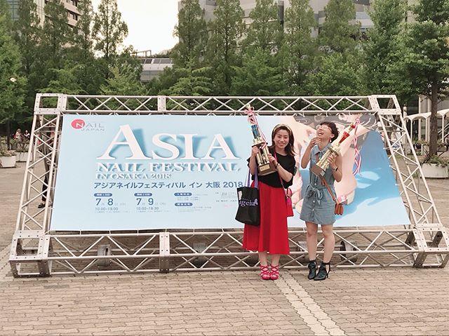 .#アジアネイルフェスティバル2018とにかく!もう!嬉しすぎたのわ!いつもずっと一緒に頑張ってきた近藤先生@kondoyoshimi と共にトロフィーもてたこと近藤先生はノービスフレスカ4位!2枚目は記念に私のケアカラーと先生のフレスカ.この度のアジアは、1日目のスチューデント部門に近藤先生の生徒さん達で私も非常勤で行かせていただいている#倉敷ビューティカレッジ 全員で出場予定でした。が、私たちよりも1日早かった競技日によりあの災害でやむ終えず全員欠場。.みんなめーーーーーっちゃ頑張ってて近藤先生と2人で超必死に20人弱の仕込みをし笑準備万端だったのに。.ほんとにくやしい!!!!!!!!生徒さんの中には家が二階まで浸かり避難所にいる方も何名かいる。.アジアへ向かう前、そんな中、インスタには例年通りのいろんなメーカーさんなどのアジアの記事なんかすごく複雑な気持ちになりましたが、近藤先生と一緒に手ぶらでわ帰れん!と、なんとかトロフィー持って帰れて本当によかった.これでなにごともなかったかのようにいつも通りアジアは閉会するのかと思ったけど、最後に水野先生のお言葉の冒頭、西日本の災害についてお話ししてくださりなんか、やっとスッキリ?というか広島、岡山、九州や四国、災害にあった地域の方々がどんな思いで今年のアジアへ出向いたかそのお言葉を聞けて、やっとアジアが終われた気がしました.うまくまとめれないけど!とにかく!近藤先生おめでとうモデルのいーちゃんお疲れ様!!!..Salon×School  Nail L'Ateleir【ネイルラトリエ】広島県福山市春日町7丁目3-3不定休営業時間  10:00〜21:00くわしくはインスタトップに貼っているホームページをご覧くださいご予約はこちら【 0849997277 】【LINE@  友達登録ID→@qpx9298p】 ↑注意!@から記入して検索お気軽にお問い合わせください..#福山市スカルプ#福山市ネイル#福山市ネイルサロン#福山市ネイルスクール#福山ネイルスクール#ネイルスクール#福山市ネイルラトリエ#ネイルラトリエ#naillateleir#福山市ラトリエ#jna認定講師#福山ネイル#福山市ジェルネイル#コンペモデル募集中#フィルイン#一層残し#お洒落ネイル#サマー#summer#夏ネイル#大人ネイル#上品ネイル
